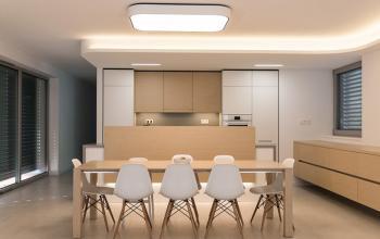 Pohľad na kuchyňu a jedáleň, komoda na stene je v takej výške aby bolo upratovanie bezproblémové a zároveň aby jej hmota nepôsobila príliš mohutne, vzhľadom na jej dĺžku...
